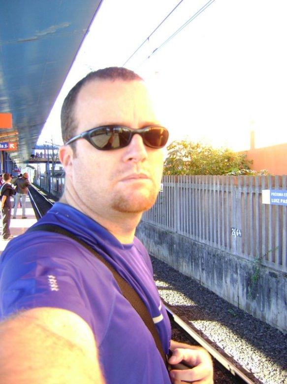 Esperando o trem na estação de Sapucaia do Sul/RS. (julho 2008)