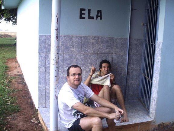 Essa foto recebi hoje. Nela estou eu e o Pierin Junior esperando pra tomar banho quente no banheiro feminino, durante a peregrinação pelo Caminho de Peabiru. (Canjarana, 11/10/2008)