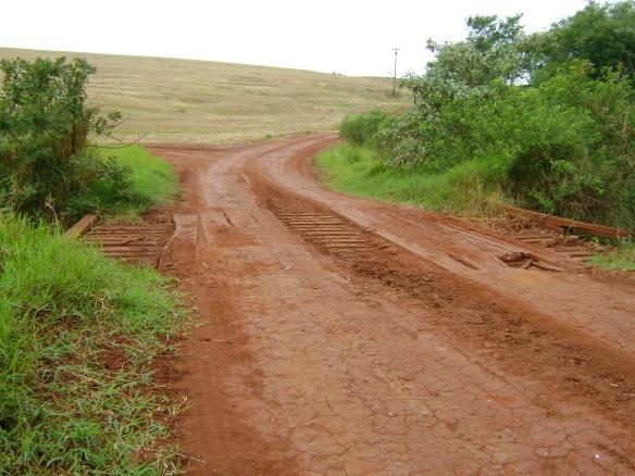 Ponte de madeira no caminho entre Campinha do Amoral e Mâmbore. (11/10/2008