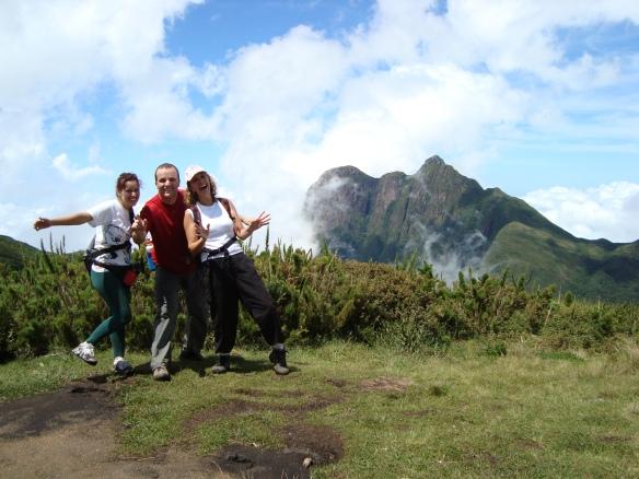 Quase no cume do Itapiroca, tendo ao fundo o Pico Paraná.