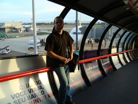 Na plataforma de embarque do aerporto de Curitiba. (10/03/2009)