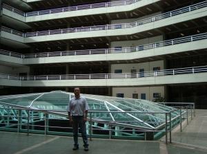 Na parte interna do prédio da Biblioteca da Unisinos. (11/03/2009)