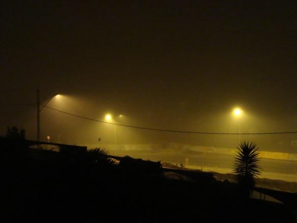 O nevoeiro visto de minha janela no domingo a noite. (21/06/2009)