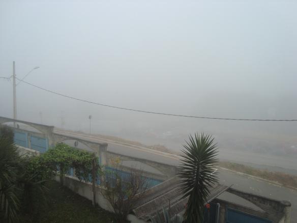 O nevoeiro visto de minha janela na segunda pela manhã. (22/06/2009)