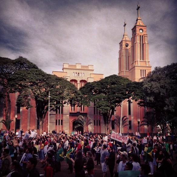 Protesto ao lado da Catedral São José.