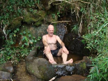 Jorge tomando banho de bica.