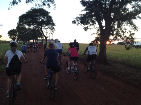 Pedalando e vendo o pôr do sol. (04/02/2014)