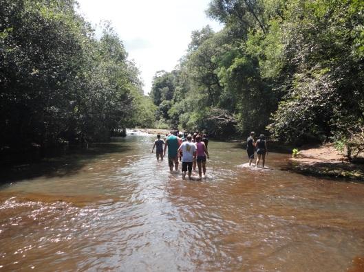 Pelo meio do rio.