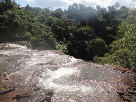 Na parte de cima da cachoeira.
