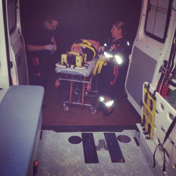 Entrando na ambulância.