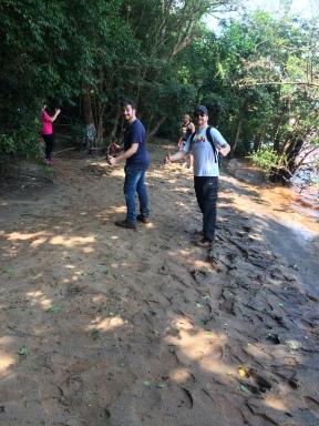Caminhando na margem do rio.